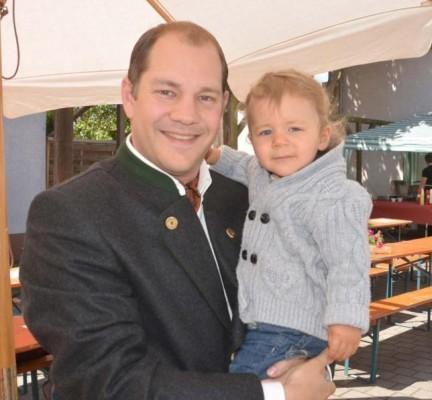 Der neue Ortsvorsteher von Weilbach Thomas Schmidt – hier mit Sohn Johannes – kann sein politisches Engagement recht gut mit seinem beruflichen und privaten Alltag in Einklang bringen. Foto: Hildegund Klockner