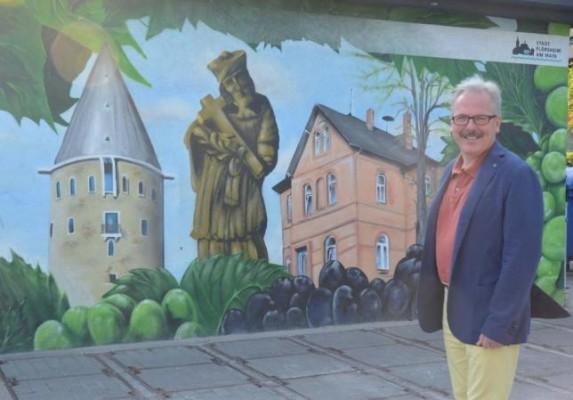 Der Heimatvereinsvorsitzende Bernd Blisch hat dieses Bild auf einer städtischen Energiestation vor seiner Haustür. Foto: Hildegund Klockner